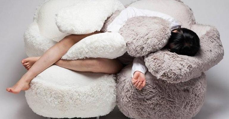 Słaby poniedziałek? Kup sobie sofę, która przytula!