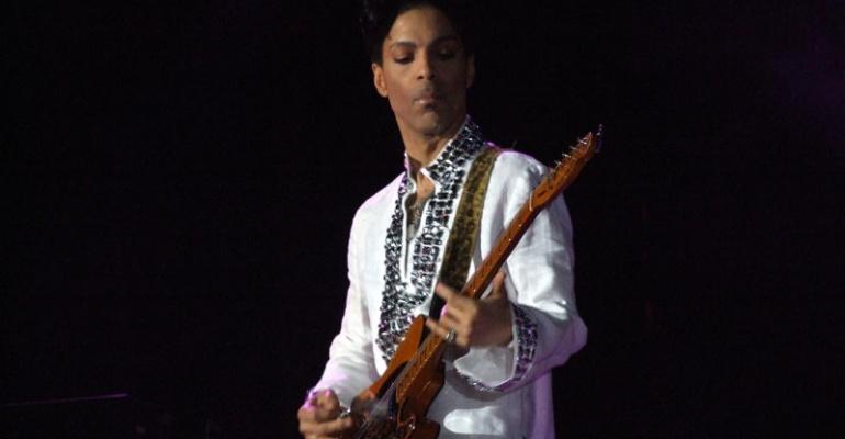 Prince nie żyje. Żegnamy go playlistą ulubionych kawałków.