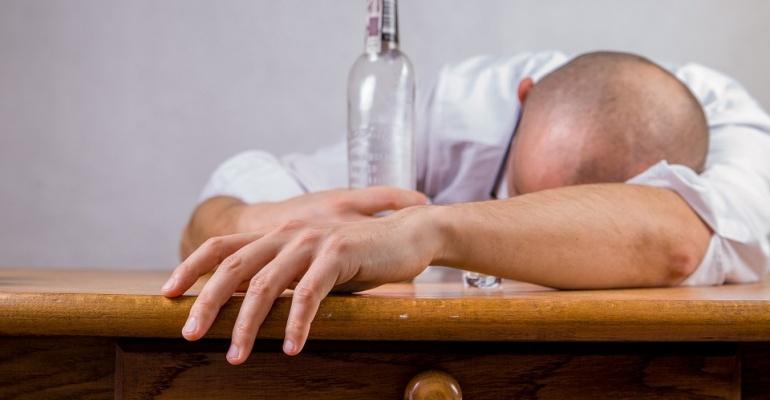 Kiedy męczy Cię kac – co jeść i pić dzień po imprezie