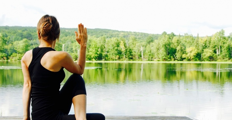 Ćwicz jogę na trawie!