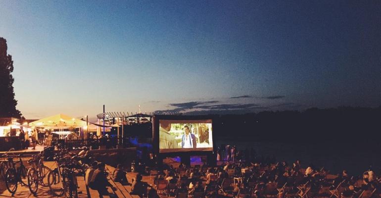 Plenerowe kino nad Wisłą, czyli filmowy wieczór w Fali